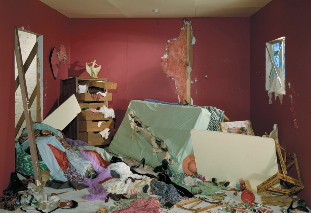 Jeff Wall, refonder la modernité / Philippe Bazin dans Flux jeff-wall-the-destroyed-romm
